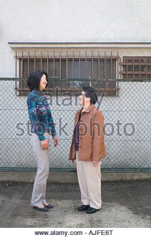 Zwei Frauen in der Straße - Stockfoto