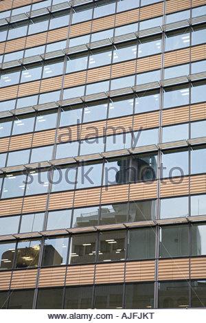 Spiegelbild im Fenster des Bürogebäudes - Stockfoto