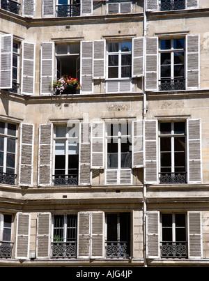 Offenes fenster holz  Eine französische Haus mit roten Geranien im Blumenkasten unter ...