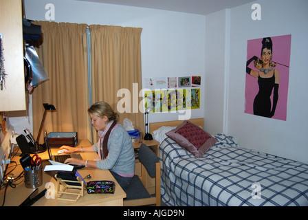 Junge Studentin, die Arbeiten am Computer in University Unterkunft, Bristol, Somerset, England, Vereinigtes Königreich - Stockfoto