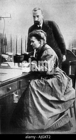 M & Mme Curie, Pierre und Marie, Entdecker des Radiums, Nobelpreis den für Chemie im Jahre 1903, in ihrem Labor - Stockfoto