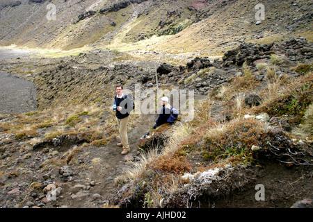 Wanderer zu Fuß die Tongariro Crossing Tongariro National Park Nordinsel Neuseeland - Stockfoto