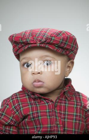 Niedliche Baby trägt eine flache Mütze - Stockfoto