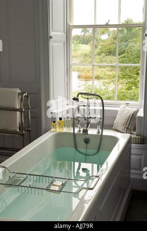 ... Gefüllten Badewanne Mit Edwardian Bademischer Dusche Im Badezimmer Von  Irischen Schloss Aus Dem 18. Jahrhundert
