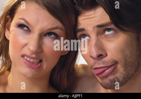 Nahaufnahme eines jungen Paares Grimassen - Stockfoto