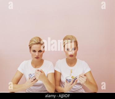 Zwei Frauen essen Suppe - Stockfoto
