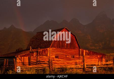 Alte Scheune mit Regenbogen an der Mormonen Zeile, Grand Teton NP, USA - Stockfoto