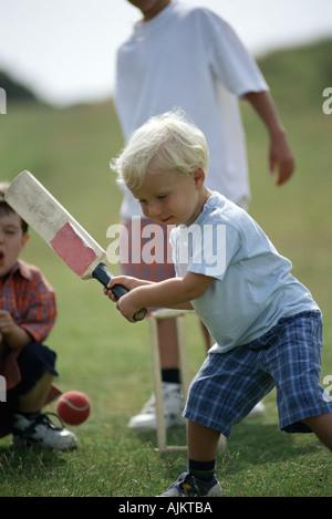 Jungs spielen cricket - Stockfoto
