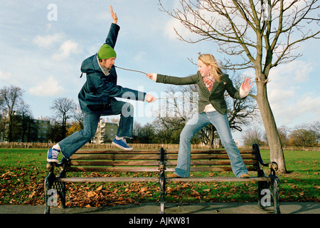 Paar spielen auf Parkbank - Stockfoto