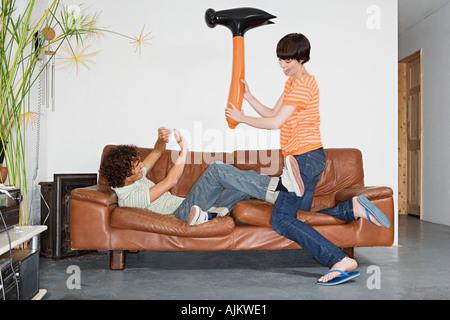 Paar mit aufblasbaren Hammer spielen - Stockfoto