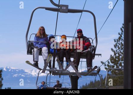 Eine Familie Reiten eine Sesselbahn beim Skifahren bei Diamond Peak NV - Stockfoto