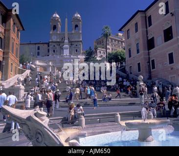 Spanische Treppe führt bis zur Kirche von Trinità dei Monti und vorne Fontain am Piazza di Spagna Innenstadt von - Stockfoto