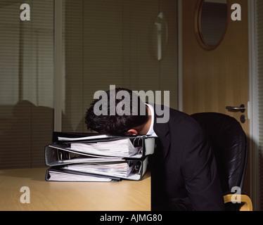 Geschäftsmann, schlafen im Büro - Stockfoto