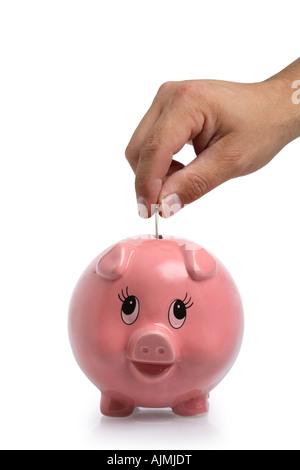 Hand, Geld in Sparschwein auf weißem Hintergrund ausschneiden - Stockfoto