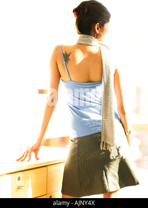 Rückansicht einer Frau mit einer Tätowierung auf dem Rücken - Stockfoto