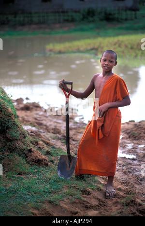 Safran Roben Novize arbeiten in den Bereichen neben dem Kloster in der Nähe der Roulos-Gruppe in der Nähe von Angkor - Stockfoto