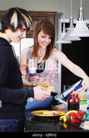 Geschwister, die gemeinsam Mittagessen machen - Stockfoto