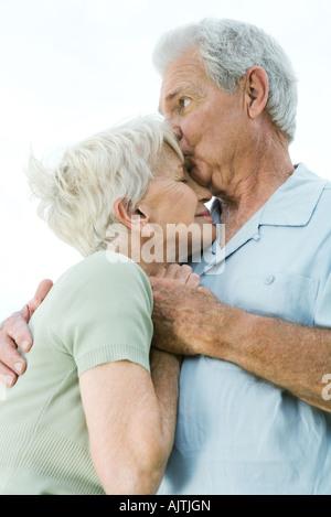 Älteres Paar, umarmen - Stockfoto