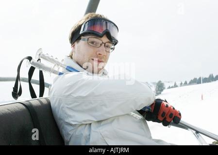 Junge männliche Skifahrer unter Skilift - Stockfoto