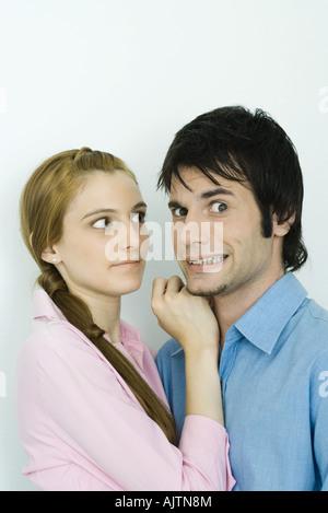 Junges Paar Mann zusammen, die Gesichter in die Kamera, Frau sucht Mann - Stockfoto