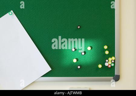 Büroalltag und Innenräume, Teil zwei. Grüne Pinnwand mit Nadeln und White Paper. - Stockfoto