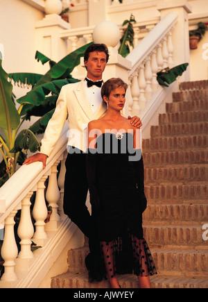 Jung, elegant gekleidet paar auf Außentreppe Luxus, mediterrane Hotel Villa stehen. - Stockfoto