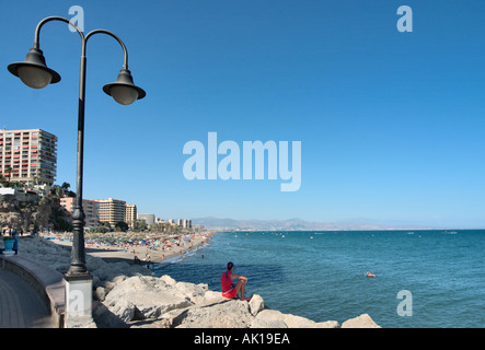 Promenade und Strand von Playa del Bajondillo, Torremolinos, Costa Del Sol, Andalusien, Spanien - Stockfoto