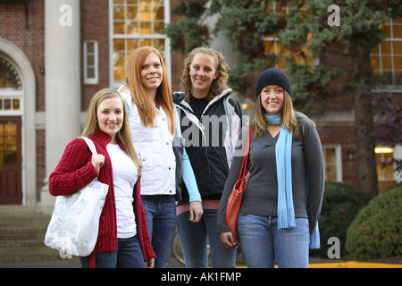 Gruppe von College-Studenten auf dem campus - Stockfoto