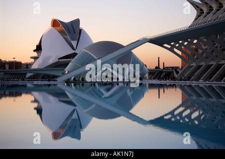 Das Hemisferic und Palau de Las Kunst, Stadt der Künste und Wissenschaften, Valencia, Spanien - Stockfoto