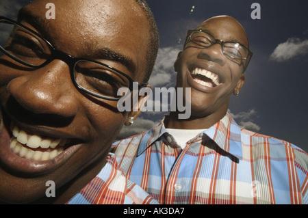 Porträt von zwei jungen im Teenageralter mit Brille - Stockfoto
