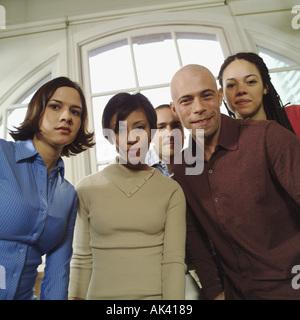 Fünf junge Kollegen in ihrem Büro - Stockfoto
