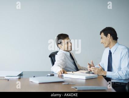 Gespräch, Geschäftskollegen lächelnd - Stockfoto