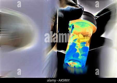 unheimlich aussehende schwarz behandschuhten Hand halten Sie Pillen Flasche in Tür - Stockfoto