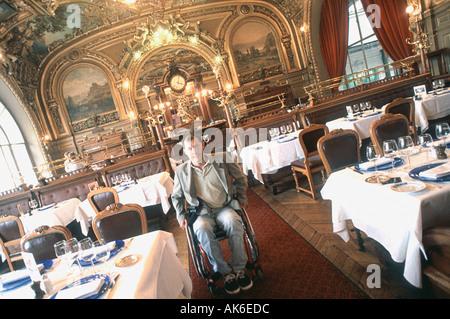 """""""Mann"""" im Urlaub in deaktiviert """"Französisches Restaurant"""" """"Le Train Bleu"""" im Rollstuhl """"Paris Frankreich"""" alten - Stockfoto"""