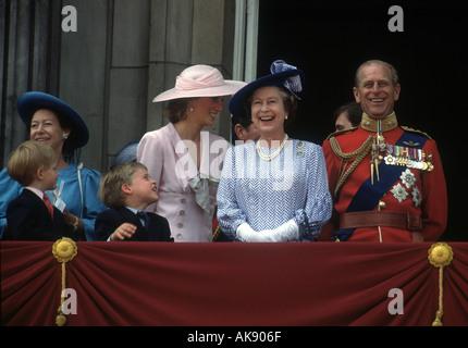 Die Trooping die Farbe Zeremonie am Buckingham Palace in London im Juni 1989 der Queen und ihrer Familie einschließlich - Stockfoto