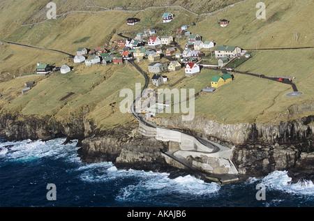 Hattarvik auf Fugloy kleine und sehr abgelegenen Fischerdorf auf den Färöer Inseln - Stockfoto