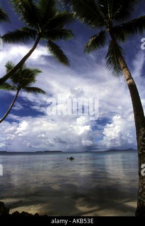 Übergreifende Palmen umrahmen einen idyllischen Blick auf das - Stockfoto