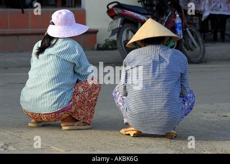 Vietnamesische auf einer Straße in Hoi An Vietnam hocken - Stockfoto