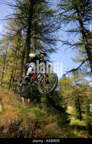 Junge-Reiten-Mountain-Bike in den italienischen Alpen im Sommer - Stockfoto