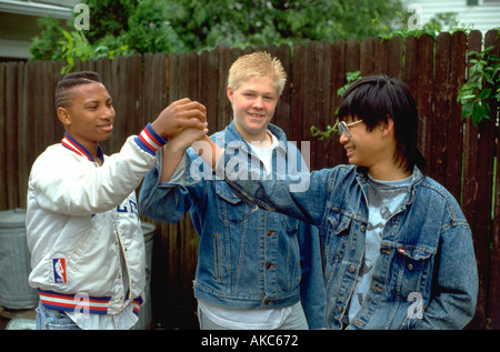 Multikulturelle Teenager Alter 15 hoch fünf in Gasse zu tun. St Paul Minnesota USA - Stockfoto