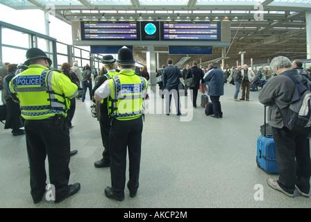 St. Pancras International terminal Bahnhof Station East Midlands Dienstleistungen Abfahrten transportieren Polizei - Stockfoto