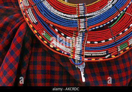 Detail der bunten Perlenarbeiten Masai Halskette mit Schlüssel aufhängen und Masai Stoff Stammesgebieten nördlich - Stockfoto