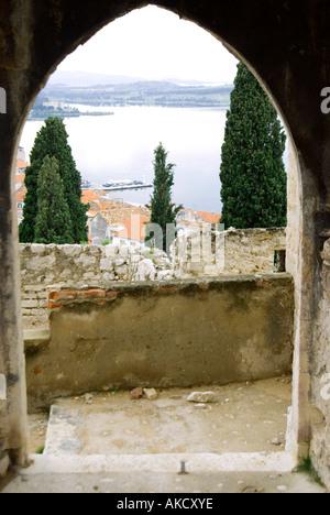 Süd-Ost-Europa, Kroatien, Dalmatien, Ansicht von Sibenik und Flussmündung durch Torbogen, erhöht, Ansicht - Stockfoto