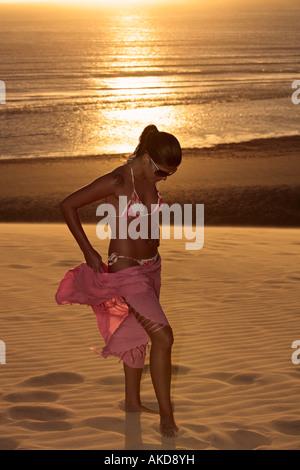 schöner Bikini gekleidet mit einer jungen Brasilianerin Saron in Jericoacoara am Sonnenuntergang Ceara Zustand in - Stockfoto