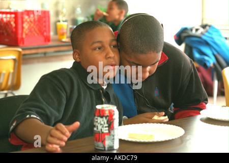 Schwarze Kinder Alter 13 Musikhören mit Kopfhörer am Jugendzentrum. St Paul Minnesota USA - Stockfoto