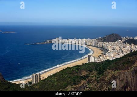 Luftbild-Panorama vom Zuckerhut vom Strand der Copacabana in Rio De Janeiro in Brasilien - Stockfoto