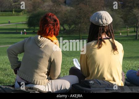 Paar in Primrose Hill Park London England - Stockfoto