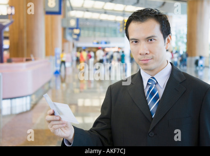 Porträt eines Geschäftsmannes hält ein Flugticket - Stockfoto