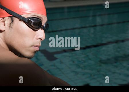 Nahaufnahme eines jungen Mannes tragen Schwimmbrille - Stockfoto