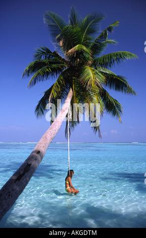 Mädchen auf einer Schaukel. Meerufenfushi Insel, Nord Male Atoll, Malediven. - Stockfoto